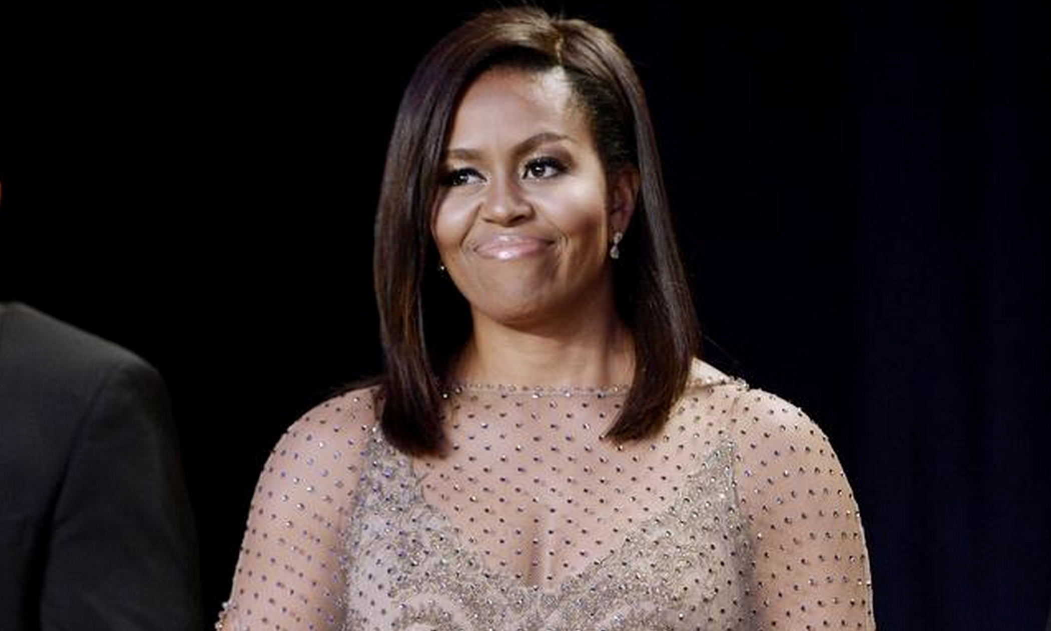 Michelle Obama sparkles in gold at final White House Correspondents' Dinner